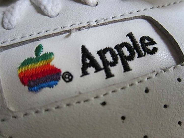 apple_shoes_auction_04.jpg