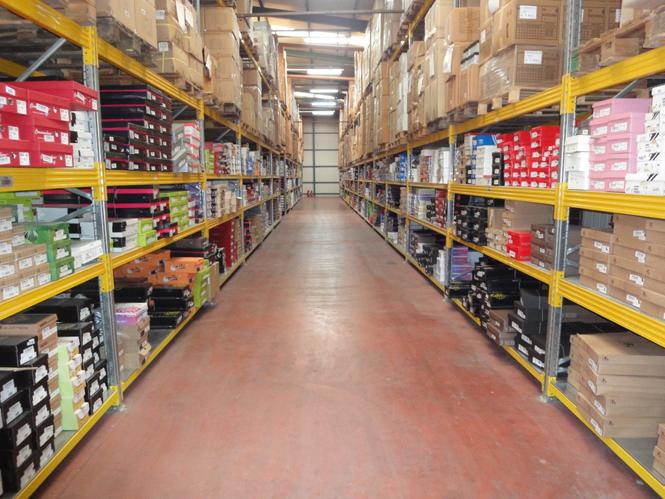 cc16dca0525 Έχοντας μια συλλογή που ξεπερνάει τα 350 επώνυμα brands και τα 12,000  σχέδια παπουτσιών, είναι θέλουμε να πιστεύουμε ...